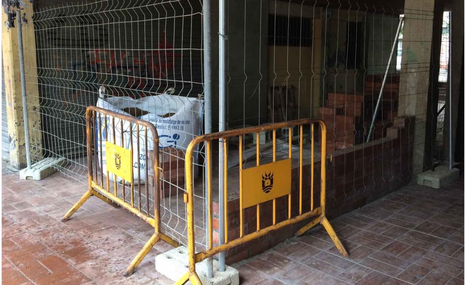 Comencen les obres per tancar els baixos de la plaça Antoni Gaudí i convertir-los en un nou espai municipal