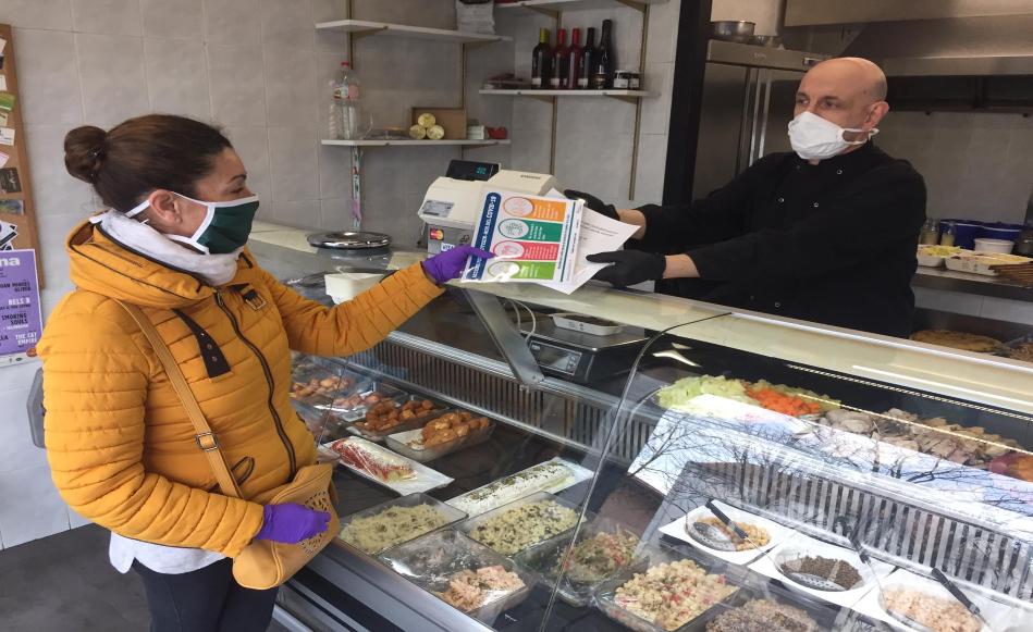L'Ajuntament de Salt distribueix mascaretes als establiments de productes essencials i reforça la campanya informativa
