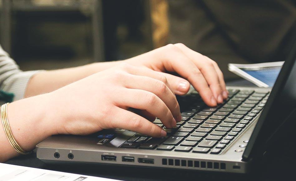 L'Ajuntament de Salt compra 50 ordinadors per cedir temporalment a alumnes per seguir el tercer trimestre des de casa