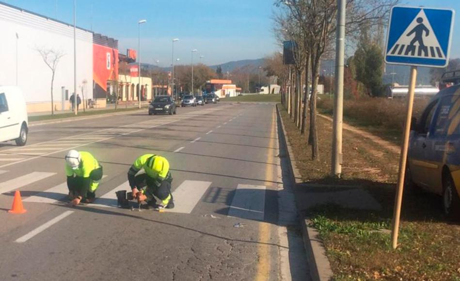L'Ajuntament de Salt instal·la senyals lluminosos als passos de vianants de l'Avinguda de la Pau