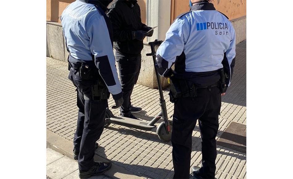 La Policia Local de Salt inicia una campanya per informar sobre l'ús dels patinets elèctrics