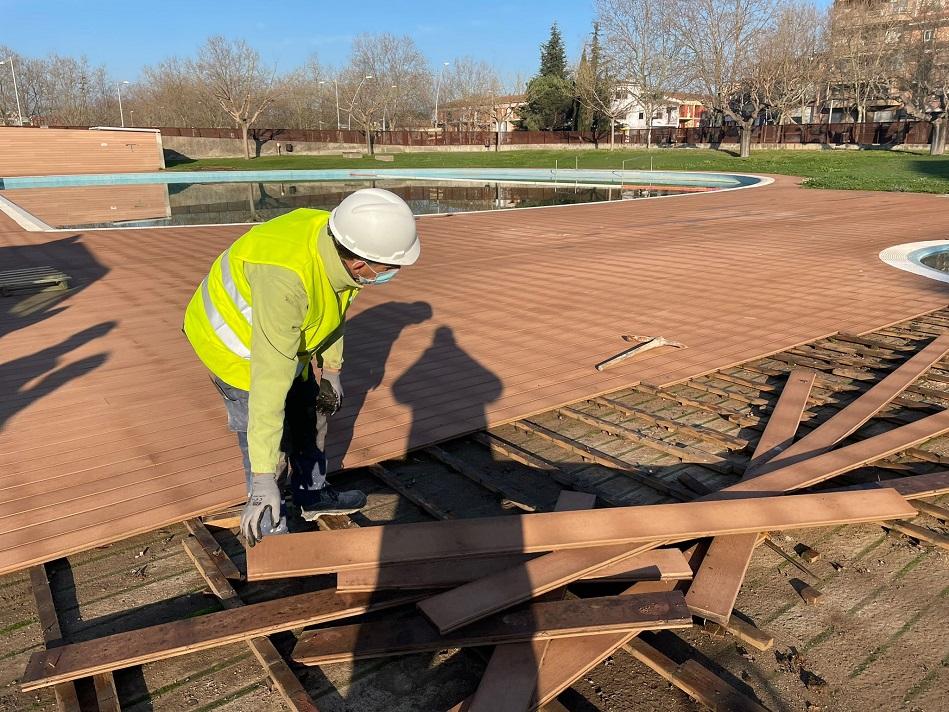 Comença la reparació de la zona de la platja de la piscina municipal de la zona esportiva El Pla de Salt